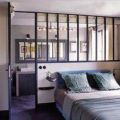 Partial window wall dividing bedroom and bath. Marianne Evennou pour Hélène et Marc