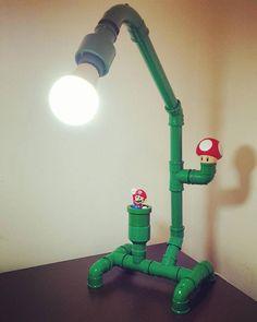 Luminária feita de tubos com decoração do game Mario Bros.