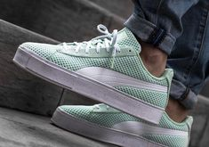 Chaussure Daily Paper x Puma Basket Knit Splat Gossamer Green (vert menthe) Puma Shoes For Men, Puma Sneakers Shoes, Converse Sneaker, Sneakers Mode, Pumas Shoes, Tenis Casual, Casual Sneakers, Sneakers Fashion, Casual Shoes