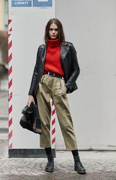 Turtleneck: As blusas de gola alta são as queridinhas da estação. As mais grossas servem como blusões. Já as mais finas, são perfeitas para serem usadas como segunda pele. Além de serem mega charmosas, né? it girl - turtleneck-vermelho-calca-verde-coturno-meia-calca - turtleneck - inverno - street style