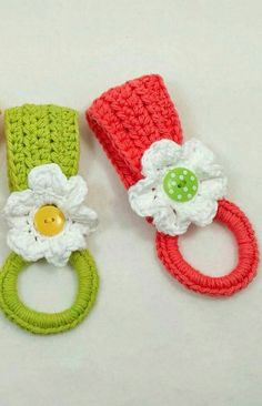 [Free Pattern] With This Daisy Holder, The Towel is Doubled And Hangs Perfectly Crochet Towel Holders, Crochet Dish Towels, Crochet Towel Topper, Crochet Potholders, Crochet Home, Crochet Gifts, Crochet Yarn, Crochet Kitchen, Unique Crochet