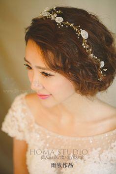 清透的妆容、精致的眼妆、无刘海的空气感发型,突显出新娘完美的五官和脸型,让笑容完美绽放~