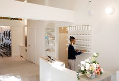 This Stylish New Laundromat Serves Craft Kombucha While You Wait For a Spin Cycle Laundromat Business, Laundry Business, My Beautiful Laundrette, Laundry Shop, Laundry Design, Green Living Tips, Famous Interior Designers, Cafe Interior Design, Celebrity Houses