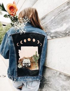 28 Amazing Hand Embroidered Denim for Winter Style 2019 The post 28 Amazing Hand Embroidered Denim for Winter Style 2019 appeared first on Denim Diy. Customised Denim Jacket, Painted Denim Jacket, Painted Jeans, Painted Clothes, Hand Painted, Denim Paint, Painting On Denim, Custom Denim Jackets, Vintage Denim