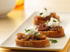 Caramelized Onion and Goat Cheese Crostini is part of Crostini appetizers Goat Cheese - Caramelized onions topped with cheese and served on French bread! Relish a crispy appetizer ready in an hour Bread Appetizers, Appetizer Recipes, Gourmet Appetizers, Dinner Recipes, Antipasto, Carmelized Onions, Onion Jam, Snacks Sains, Cheese Bites