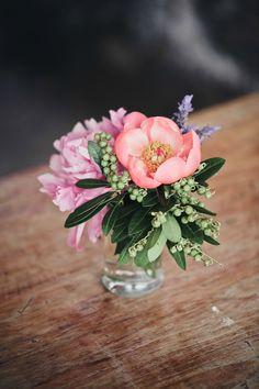 56 New Ideas Flowers Vase Arrangements Ana Rosa Small Vases With Flowers, Small Flower Arrangements, Vase Arrangements, Simple Flowers, Tiny Flowers, Flower Vases, Beautiful Flowers, Centerpieces, Cut Flowers