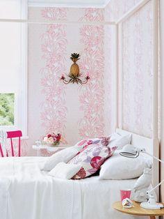 Verspielte Muster In Kombination Mit Puristischen Details In Weiß  Versprühen Im Schlafzimmer Einen Romantischen Touch,
