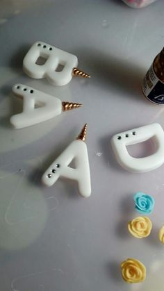 Polimer clay unicorn letters but works for fondant as well Polymer Clay Kunst, Polymer Clay Kawaii, Fimo Clay, Polymer Clay Projects, Polymer Clay Charms, Polymer Clay Earrings, Clay Crafts, Fimo Disney, Fondant Letters