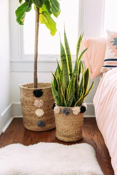 Jute basket - Jute Baskets with Poms Set of 2 francesca's Rope Crafts, Diy Home Crafts, Diy Crafts To Sell, Diy Home Decor, Diy Para A Casa, Deco Champetre, Painted Flower Pots, Crochet Home Decor, Diy Décoration