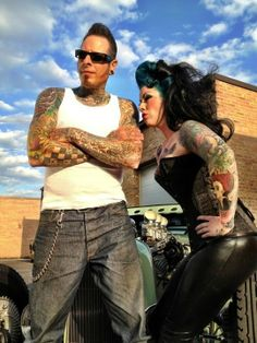Voodoo larry The man, the legend The king of car customising and he plays upright bass too - Rockabilly Style Hair Rockabilly Tattoos, Rockabilly Fashion, Retro Fashion, Rockabilly Clothing, Fifties Fashion, Rockabilly Couple, Rockabilly Rules, Hippe Tattoos, Greaser Style