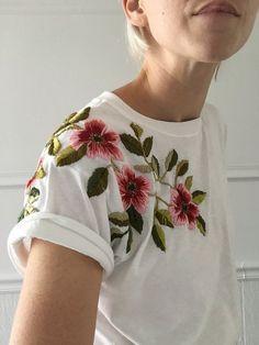 Weiß ist einfach DIE Farbe des Sommers. Was zuerst etwas langweilig klingt, lässt sich auf verschiedene Weisen aufpeppen. Mit wunderschönen Blumen-Stickereien wird beispielsweise aus einem weißen T-Shirt ein echter Blickfang. Shirt / Blumenmuster / Stickerei | Stylefeed