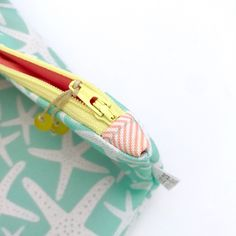 It's all about the D E T A I L S 😊 Every zipper I sew into a bag has coordinating fabric tabs on each end for a finished, clean and F U N  little touch 👍🏻
