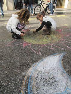 Colori in Corso   i bambini dipingono un albero di Natale di 20 metri nel corso principale della città