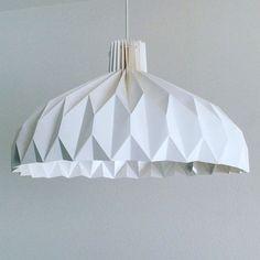 """Lampenschirm """"LILLY"""" wurde fleißig aus starkem Papier gefaltet. Der Schirm ist ein individuelles und handgemachtes Unikat. Er hat eine runde, oben zusammengebundene Form, die unten breit geöffnet ist. Eignet sich perfekt um z.B. den Esstisch oder den Flur zu beleuchten. Sehr einfache Montage! Das regulierbare Polyesterschnürchen mit Kordelstopper (oben) hilft den Schirm zu öffnen. Danach kann man den Schirm einfach um den Trägerring legen und ihn dann wieder zuziehen (siehe Fotos)."""