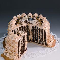 Tort Wiedeński Ekskluzywny tort dla wymagających smakoszy. Biszkopt czekoladowy, przekładany pionowo kremem migdałowym. Ustawiony na spodzie z kruchego ciasta. Zawiera alkohol.