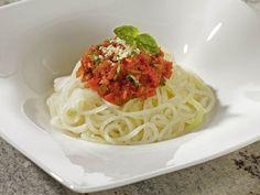 Kohlrabispaghetti mit Tomaten-Basilikum-Sosse