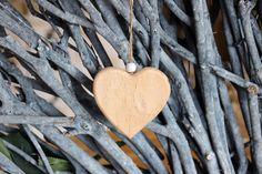 Καρδιά Ξύλινη  Ξύλινη διακοσμητική καρδιά με χάντρα. Διαστάσεις: 8cm