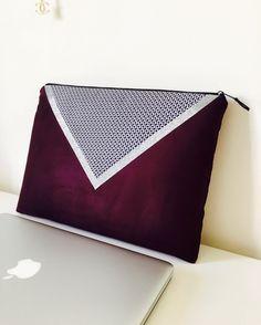 Pochette Macbook 13 pouces, suédine Bordeaux et tissu aux motifs géométriques bleus : Housses ordinateurs et tablettes par marie-besancon