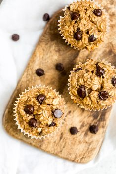 Peanut butter banana baked oatmeal cups packed with protein and naturally sweetened. Easily gluten & dairy free, freezer-friendly and great for kids! Baked Oatmeal Cups, Peanut Butter Oatmeal, Natural Peanut Butter, Banana Oatmeal Muffins, Banana Chocolate Chip Muffins, Oatmeal Bars, Oatmeal Cookies, 16 Bars, Dairy Free Chocolate Chips