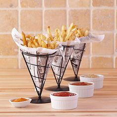 French Fry Holders, Set of think these are such a cool .- French Fry Holders, Set of think these are such a cool way to serve everyon… French Fry Holders, Set of think these are such a cool way to serve everyone& favorite side dish! Cafe Menu, Cafe Restaurant, Modern Restaurant, Food Design, Bistro Food, Coffee Shop Design, Cafe Shop, Food Decoration, Restaurant Interior Design
