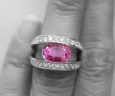 Bague or diamant et saphir rose. Rendez-vous sur Diamants et Carats pour plus de magnifiques bagues et alliances.