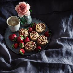 Breakfast in bed!! Yesterday's scones were such a hit, we all wanted more! So I woke up before the sun came up and made these wholesome Spelt Jammy Scroll Scones! Soooooo fingerlickin' good! Do you want the recipe??? • • • Another of my Alnwick Castle Rose has bloomed and it is so beautiful! Also loving my newest bed linen in a moody charcoal. So cool on my skin and so soft! If you want the best sleep of your life, do check out my dear friend @bed.threads. Been using their sheets for about…