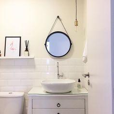 O carnaval começou produtivo por aqui, colocamos o espelho no banheiro!! Quando vimos este em promoção na @oppadesign finalmente decidimos comprar! E já que estávamos com a furadeira na mão, aproveitamos para colocar a prateleira ali do lado também. Ficou outro banheiro ❤✨  .  #banheiro #lavabo #bathroom #bathroomdesign #bathroomdecor #espelhoadnet #adnetmirror #oppadesign #decoração #decor #brocosplace