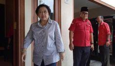 Begitu Sampai di Palembang Megawati Dijamu Mie Celor  KONFRONTASI - Setelah Surabaya giliran Palembang didatangi Ketua Umum PDI Perjuangan Megawati Soekarnoputri. Mega akan konsolidasi kekuatan PDIP jelang pilkada serentak 2018.  Dari pantauan detikcom Megawati tiba di kediaman pribadi Jalan Telaga Palembang Rabu (13/9/2017) sekitar pukul 12.00 WIB. Mega tampak santai dengan kemeja putih garis-garis dan celana jeans.  Dia didampingi Ketua DPD PDIP Sumsel Giri Ramadhana. Terlihat pula wakil…
