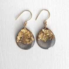 charcoal and gold glitter drop earrings on gold por tinygalaxies
