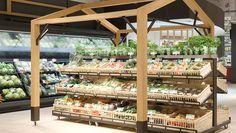 Auf der Großfläche finden sich zudem viele Elemente, die bereits im Pilotmarkt in Egelsbach erprobt wurden. So werden bei Obst- und Gemüse Holzaufbauten in Form eines stilisierten Häuschens genutzt, um Besonderheiten im Sortiment zu betonen.