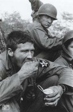 2ID Soldiers eating lunch in Korea War 1951 .