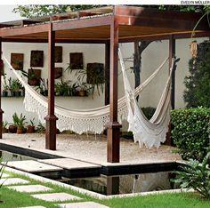 Pedriscos em tons claros dão sensação de frescor, leveza e amplitude ao jardim, projetado pelo Buriti Paisagismo. Perfeitos para áreas verdes localizadas em regiões quentes.