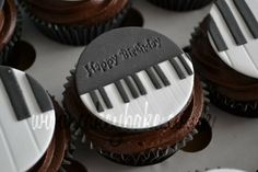 Piano Themed Cupcakes - Cake by CakeyBake (Kirsty Low) - CakesDecor Music Cupcakes, Themed Cupcakes, Fun Cupcakes, Cupcake Cookies, Bolo Musical, Music Themed Cakes, Birthday Cake Writing, Piano Cakes, Ballerina Cakes