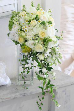 白と黄色のバラとグリーンをたっぷり使ったナチュラルなキャスケード風クラッチブーケ,white&yellow natural bouquet