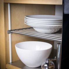 Cloud White macht sich gut in Küche und Bad. Aber auch echte Regalisten schwören auf das sanfte Weiss, was die unschönen Bohrlöcher abdeckt.