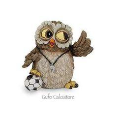 Gufo Calciatore Funny Collection - Les Alpes Perfetto come regalo per gli amanti del calcio il Gufo in veste di calciatore della collezione Funny di Les Alpes. Realizzato in resina e dipinto a mano con l'attenzione per i particolari, come ad esmpio la palla ed il fischietto.  Misura: altezza 7,5cm  - See more at: http://www.milanomia.biz/les-alpes-gufo-calciatore-funny-collection.html#sthash.7xpfof3s.dpuf