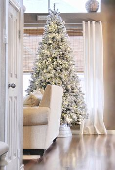 Flocked Christmas Tree Flocked Christmas Tree Ideas Neutral Flocked Christmas Tree - more on Home Bunch blog