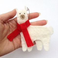 Do you love llamas and adore alpacas? Why not bring your animal affection to the Christmas tree with this Felt Alpaca Ornament Pattern? This printable DIY felt ornament uses fluffy batting to make a realistically scruffy alpaca/llama body. Rustic Christmas Ornaments, Noel Christmas, Handmade Christmas, Christmas Crafts, Llama Christmas, Christmas Lights, Felt Ornaments Patterns, Handmade Ornaments, Ornaments Ideas