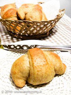 Brioche semplici, perfette per la colazione, lievitate a lungo con pochissimo lievito e farina integrale: da tagliare e spalmare di miele ancora tiepide…