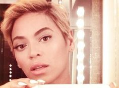 Gone are Beyoncé's long locks and in is her new short blonde pixie crop. Celebrity Pixie Cut, Celebrity News, Celebrity Selfies, Celebrity Gossip, New Short Haircuts, Short Hair Cuts, Short Hair Styles, Haircut Short, Pixie Crop