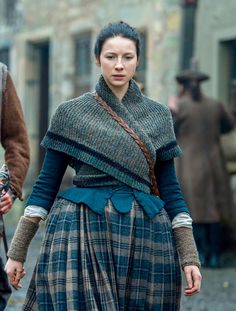 Outlander shawl pattern in the style of Claire Fraser in season four of the Outlander series. Make a replica of the shawl Claire wears in the Rent episode with this free knitting pattern. Claire Fraser, Jamie Fraser, Outlander Season 2, Outlander Tv, Outlander Clothing, Outlander Quotes, Moda Medieval, Upcycled Clothing, Womens Fashion