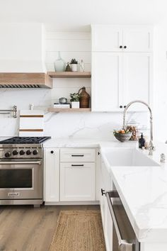 If you like minimal furniture, you will not be disappointed with the trip: as with the other furniture of the brand, it is the word simplicity. Kitchen Ikea, Home Decor Kitchen, Kitchen Furniture, Kitchen Interior, White Oak Kitchen, Ikea Kitchen Remodel, Beach Kitchens, Home Kitchens, Ikea Kitchens