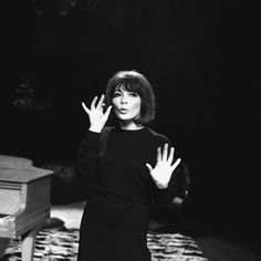"""Juliette Gréco chante sur le plateau de l'émission """"La la la"""""""