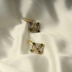 Antique Jewelry, Gold Jewelry, Fine Jewelry, Women Jewelry, Jewelery, Jewelry Design Earrings, Gold Earrings Designs, Diamond Earrings Indian, Hanging Earrings