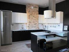 Dramatic kitchen with tiles and black & white cabinets / Dramaattinen mustavalkoinen keittiö tiiliseinällä