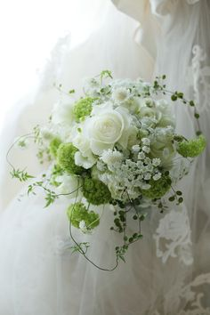 クラッチブーケ アニヴェルセル豊洲様へ プレ花嫁と先輩花嫁の間