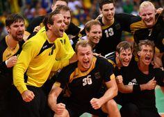 Deutschlands Hanballer feiern ihren Bronze-Gewinn. (Foto: dpa)