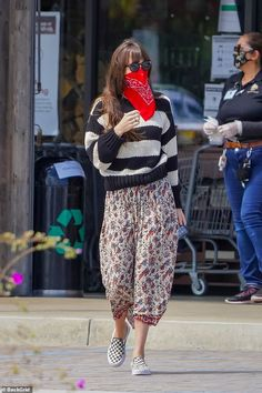 Dakota Johnson Stil, Dakota Johnson Street Style, Dakota Style, Dakota Jhonson, Chris Martin, Red Bandana, Thing 1, Autumn Street Style, Mode Outfits