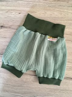 Bloomers are simply adorable. With the free pattern from Lybstes you get the complete size run of so from birth to approximately 4 years. Sewing For Kids, Baby Sewing, Outfits 2016, Cute Outfits, Dresses For Teens, Short Dresses, Baby Hoodie, Holiday Sweater, Baby Kids Clothes