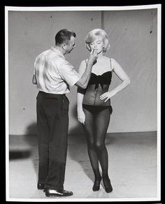 """Allan """"Whitey"""" Snyder e Marilyn Monroe, sul set del film """"Facciamo l'Amore"""", 1960"""